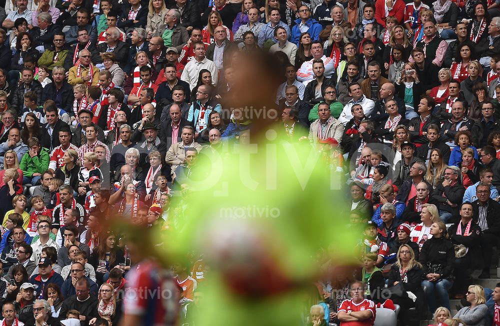 Fussball  1. Bundesliga  Saison 2014/2015   3. SPIELTAG FC Bayern Muenchen - VfB Stuttgart       13.09.2014 Zuschauer in der Allianz Arena beobachten das Spiel