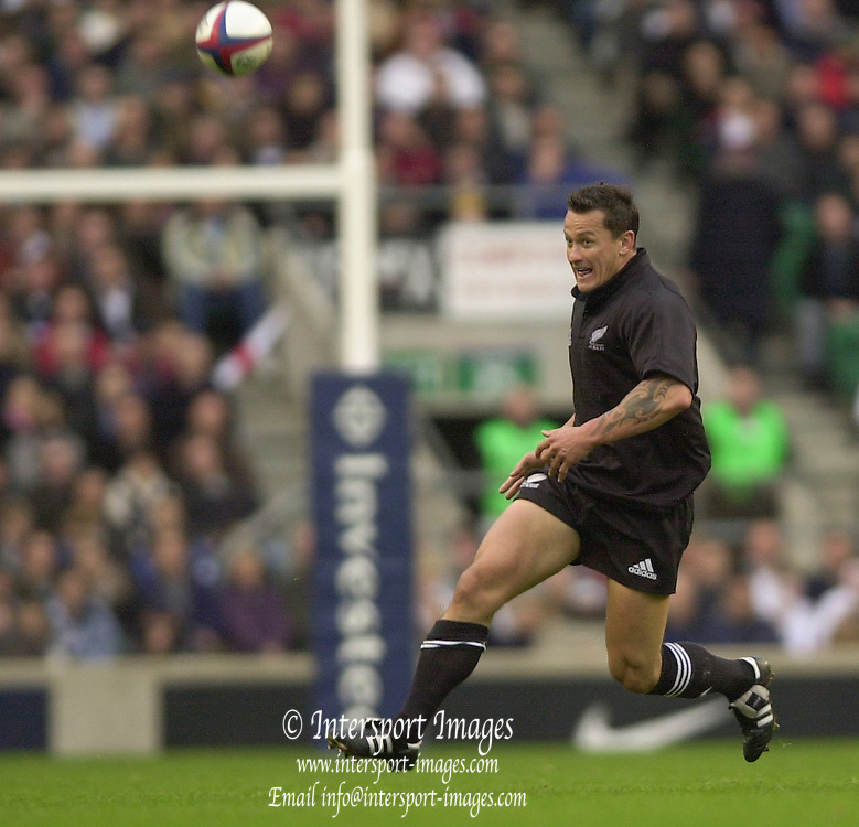Richmond/Twickenham, England, Autumn International, and All Blacks Trianing at Old Deer Park. <br /> 09/11/2002<br /> International Rugby England vs New Zealand<br /> Carlos Spencer with his eyes on the ball..       [Mandatory Credit:Peter SPURRIER/Intersport Images]