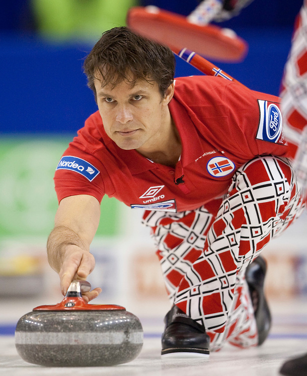 Norwegian skip Thomas Ulsrud delivers his stone during the bronze medal match against Sweden at the Ford World Men's Curling Championships in Regina, Saskatchewan, April 10, 2011.<br /> AFP PHOTO/Geoff Robins