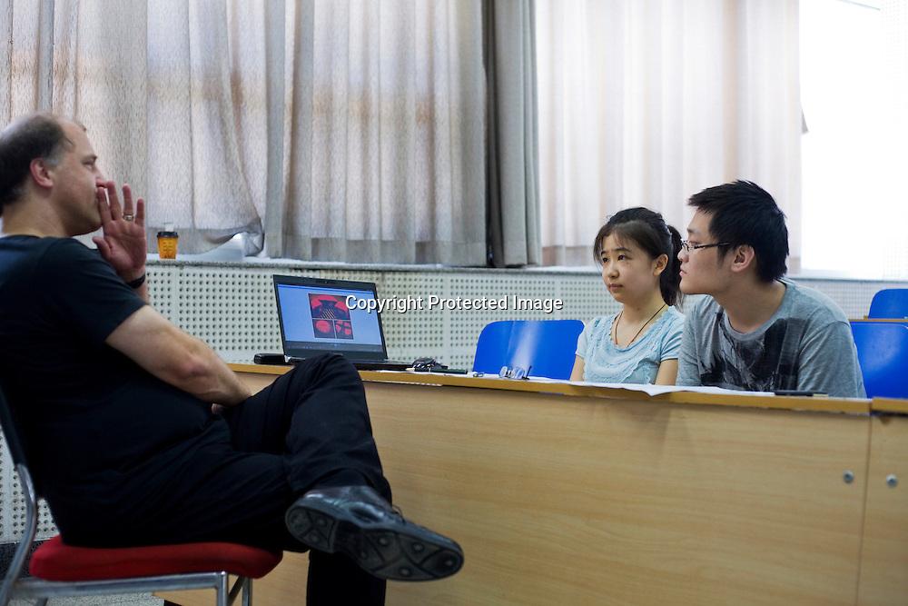 BEIJING, 30. Juni, 2012  : Li Jiatong (M), eine junge Studentin aus Xinjiang, die an einer Vorpruefung fuer ein Studium in Deutschland teilnimmt,  mit ihrem Pruefer (L) , waehrend des muendlichen Teils der Pruefung.