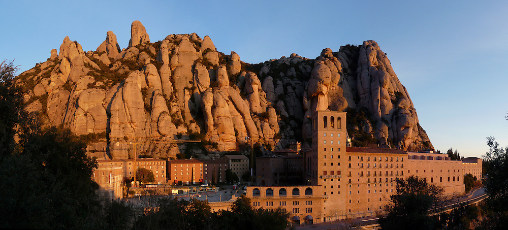 EN&gt; The monastery of Montserrat in Spain, with huge boulders as its background |<br />
