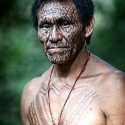 Tika est  Yawanawa. et un des premiers professeur dans la langue traditionnelle de l'école du village de Nova Espérança. | Tika e Yawanawa. Unos dos primeiros professores na lingual. Elle mora e trabalha na Aldeia Nova Espérança.