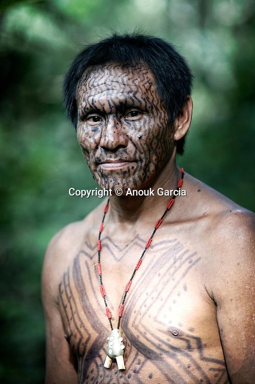 Tika est  Yawanawa. et un des premiers professeur dans la langue traditionnelle de l'école du village de Nova Espérança.   Tika e Yawanawa. Unos dos primeiros professores na lingual. Elle mora e trabalha na Aldeia Nova Espérança.
