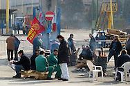 Terni, Italy 4 febbraio 2004: Picchetti dei lavoratori dell'acciaieria Acciai Speciali Terni ai cancelli Serra in via Breda.