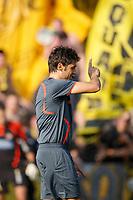 Der Schiedsrichter Massimo Busacca vor den YB-Fans . © Moritz Hager/EQ Images