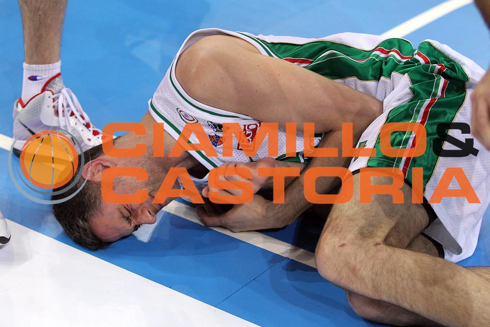 DESCRIZIONE : Torino Coppa Italia Final Eight 2011 Quarti di Finale Montepaschi Siena Scavolini Siviglia Pesaro<br /> GIOCATORE : Thomas Ress<br /> SQUADRA : Montepaschi Siena<br /> EVENTO : Agos Ducato Basket Coppa Italia Final Eight 2011<br /> GARA : Montepaschi Siena Scavolini Siviglia Pesaro<br /> DATA : 10/02/2011<br /> CATEGORIA : Ritratto Infortunio<br /> SPORT : Pallacanestro<br /> AUTORE : Agenzia Ciamillo-Castoria/G.Cottini<br /> Galleria : Final Eight Coppa Italia 2011<br /> Fotonotizia : Torino Coppa Italia Final Eight 2011 Quarti di Finale Montepaschi Siena Scavolini Siviglia Pesaro<br /> Predefinita :