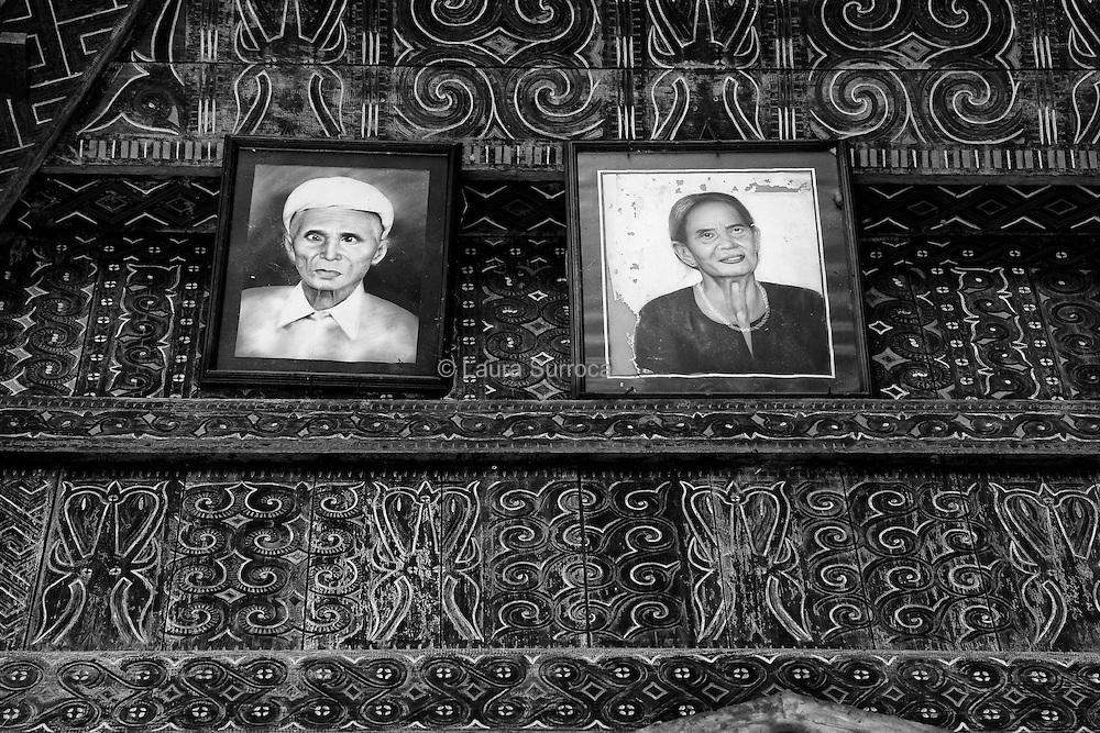 Ke'te Kesu', 11 mars 2012. Sur la façade d'une maison, les portraits d'ancêtres, des amis de la famille de Ruth. On trouve beaucoup d'images de défunts dans Tana toraja, qu'il s'agisse de photographies, de dessins ou d'effigies et de sculptures en bois.