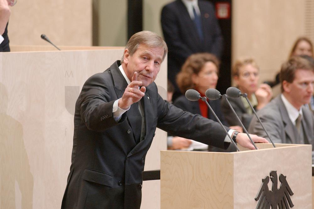 29 NOV 2002, BERLIN/GERMANY:<br /> Wolfgang Clement, SPD, Bundeswirtschaftsminister, waehrend seiner Rede, Bundesratsdebatte zum Thema Arbeitsmarkt, Plenum, Bundesrat<br /> IMAGE: 20021129-01-036<br /> KEYWORDS: speech