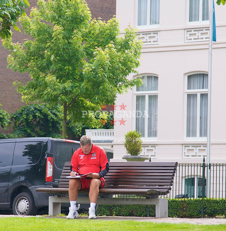 ROTTERDAM, THE NETHERLANDS - Saturday, May 31, 2008: Wales' manager John Toshack MBE ponders over his team selection on a bench outside the team Hotel in Rotterdam ahead of the international friendly match against the Netherlands. (Photo by David Rawcliffe/Propaganda)