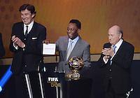 Fussball International  FIFA Ballon d Or   13.01.2014 Francois Moriniere (li, ASO Gruppe / L Equipe), Pele (Mitte, Brasilien) mit einem Schild des Siegers Cristiano Ronaldo (Portugal) und FIFA Praesident Joseph S. Blatter (re, Schweiz)