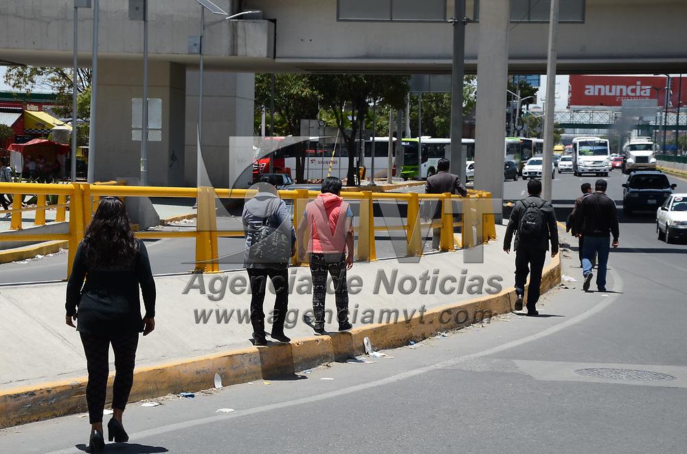 Toluca, México.- (Junio 20, 2017).- Peatones prefieren arriesgar su integridad física al no utilizar el puente peatonal que se encuentra en el Distribuidor Vial de Alfredo del Mazo. Agencia MVT / Arturo Hernández.