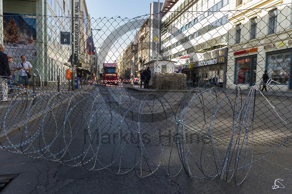 Stacheldraht liegt am 10.06.2016 an dem ehemaligen Grenz&uuml;bergang Checkpoint Charlie in Berlin, Deutschland vor einen symbolischen Grenzzaun. Die Aktivisten die die Aktion initiiert haben demonstrieren damit gegen die Abschottungspolitik der EU und die geschlossenen Grenzen. Foto: Markus Heine / heineimaging<br /> <br /> ------------------------------<br /> <br /> Ver&ouml;ffentlichung nur mit Fotografennennung, sowie gegen Honorar und Belegexemplar.<br /> <br /> Bankverbindung:<br /> IBAN: DE65660908000004437497<br /> BIC CODE: GENODE61BBB<br /> Badische Beamten Bank Karlsruhe<br /> <br /> USt-IdNr: DE291853306<br /> <br /> Please note:<br /> All rights reserved! Don't publish without copyright!<br /> <br /> Stand: 06.2016<br /> <br /> ------------------------------Aktivisten bauen am 10.06.2016 an dem ehemaligen Grenz&uuml;bergang Checkpoint Charlie in Berlin, Deutschland einen symbolischen Grenzzaun auf. Die Aktivisten demonstrieren mit der Aktion gegen die Abschottungspolitik der EU  und die geschlossenen Grenzen. Foto: Markus Heine / heineimaging<br /> <br /> ------------------------------<br /> <br /> Ver&ouml;ffentlichung nur mit Fotografennennung, sowie gegen Honorar und Belegexemplar.<br /> <br /> Bankverbindung:<br /> IBAN: DE65660908000004437497<br /> BIC CODE: GENODE61BBB<br /> Badische Beamten Bank Karlsruhe<br /> <br /> USt-IdNr: DE291853306<br /> <br /> Please note:<br /> All rights reserved! Don't publish without copyright!<br /> <br /> Stand: 06.2016<br /> <br /> ------------------------------