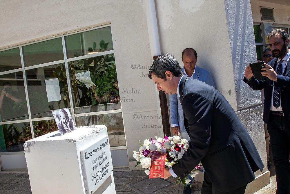 Il ministro della Giustizia Andrea Orlando al suo arrivo alla scuola Falcone dello Zen di Palermo ha deposto un mazzo di fiori sotto il busto decapitato dedicato al giudice ucciso nella strage di Capaci.