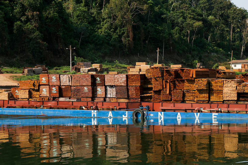 July 30, 2005. Logging operations from the water near Itaituba, Para State, Brazil. ©Daniel Beltra