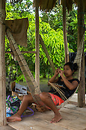 Mujer Embera tejiendo una cesta con los tradicionales patrones de artesanía. Comunidad indígena La Chunga, Comarca Embera – Wounaan en la Provincia de Darién, Panamá.  La Chuga, ubicada en el  Rio Sambu, forma parte del corredor biológico de Bagres con sus inmensos bosques tropicales.