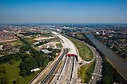 Nederland, Utrecht, Leidsche Rijn, 23-06-2010; zuidelijke ingang van de nieuwe landtunnel voor de A2. De tunnel ligt parallel aan de bestaande A2, het asfalt zal op termijn verdwijnen en op het dak van de tunnel zal een park komen. Links van de tunnel Leidsche Rijn met de wijken Langerak en Parkwijk. Rechts het Amsterdam-Rijnkanaal..Southern entrance of the new landtunnel for A2. The tunnel lies parallel to the existing motorway A2, the asphalt will eventually disappear and the roof of the tunnel will be a park. Left of the tunnel Leidsche Rijn with the districts and Langerak Parkwijk. Right the Amsterdam-Rhine Canal.luchtfoto (toeslag), aerial photo (additional fee required).foto/photo Siebe Swart
