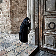 Jérusalem, israël, le 17 avril 2011 - Une religieuse orthodoxe embrasse la pierre d'entrée de l'église du Saint Sépulcre appelée aussi basilique de la résurrection. C'est le lieu saint le plus important du monde chrétien.