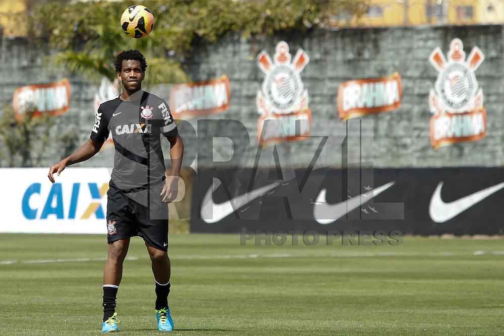 SAO PAULO, SP 28 SETEMBRO 2013 - TREINO CORINTHIANS - O jogador Gil durante o treino de hoje, no Ct. Dr. Joaquim Grava. foto: Paulo Fischer/Brazil Photo Press.