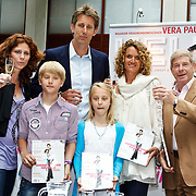 NLD/Utrecht/20100607 - Presentatie tijdschrift Helden nr.5, barbara Barend, Edwin van der Sar en partner Annemarie van Kesteren met kinderen Joe en Lynn en Frits Barend