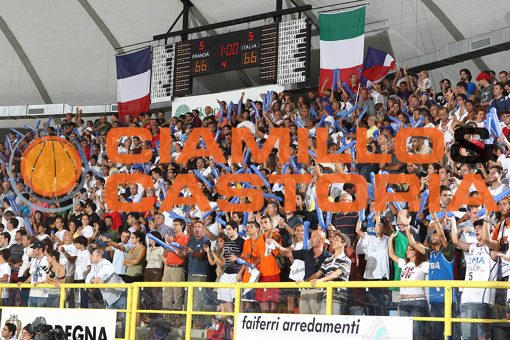 DESCRIZIONE : Cagliari Eurobasket Men 2009 Additional Qualifying Round Italia Francia<br /> GIOCATORE : tifosi<br /> SQUADRA : Italy Italia Nazionale Maschile<br /> EVENTO : Eurobasket Men 2009 Additional Qualifying Round <br /> GARA : Italia Francia Italy France<br /> DATA : 05/08/2009 <br /> CATEGORIA : tifosi<br /> SPORT : Pallacanestro <br /> AUTORE : Agenzia Ciamillo-Castoria/C.De Massis