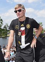 FUSSBALL WM 2014  PARTY DER DEUTSCHEN NATIONALMANNSCHAFT 15.07.2014 AM BRANDENBURGER TOR IN BERLIN   Fahrt auf einem LKW / Truck zur Feier; Toni KROOS