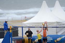 16-08-2014 NED: NK Beachvolleybal 2014, Scheveningen<br /> Tim Oude Elferink (2) en Marco Daalmeijer, zee harde wind