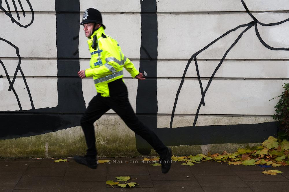 Blendender Beobachter                                                                                     Nicht nur sein Kuenstlername haut rein: Der englische Street Artist Boxi malt fotorealistische Figuren, die die Ängste und Gefühle moderner Großstädter punktgenau reflektieren. Jetzt bieten wir in unserer StrassenKunzt Edition einen echten Boxi an.