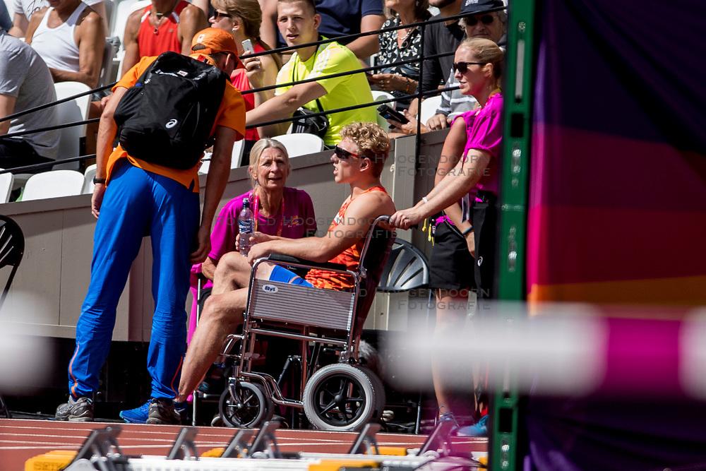 06-08-2017 IAAF World Championships Athletics day 3, London<br /> Menno Vloon NED (polsstokhoogspringen) belandt fout op de mat en wordt in een rolstoel afgevoerd