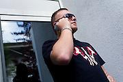 Darmstadt - Eberstadt | 20. April 2010..Coming home: Menowin Froehlich (2. Platz 7. Staffel Deutschland sucht den Superstar DSDS) zu Besuch in Darmstadt-Eberstadt, hier: Menowin steht in einem Hauseingang und telefoniert...©peter-juelich.com