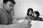 TEN 5 Jahre bei der Untersuchung und Aufnahme im Provinzkrankenhaus Kohk Sam Rong. Der Kinderarzt hat sie untersucht und wird sie fuer die weitere Behandlung im Krankenhaus behalten.  TEN wird begleitet von der Pflegemutter JAI aus Baan Gerda. Jai hat noch keine einge Pflegefamilie. Sie wird in den naechsten Tagen mit TEN im Krankenhaus bleiben. Provinz Lop Buri, Thailand....
