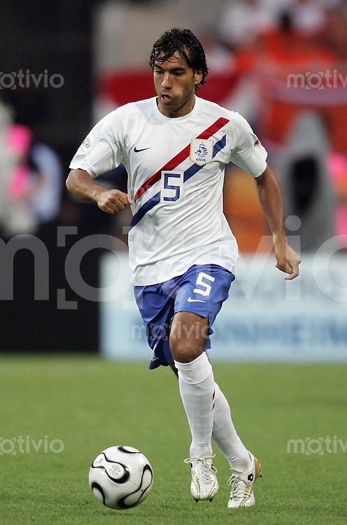 Fussball WM 2006  Achtelfinale   Portugal - Holland ; Portugal - Netherlands  Givanni VAN BRONCKHORST (NED)