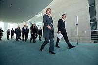 12 NOV 2008, BERLIN/GERMANY:<br /> Angela Merkel (L), CDU, Bundeskanzlerin, Prof. Dr. Bert Ruerup (R), Wirtschaftswissenschaftler TU Darmstadt, sowie Mitglieder des Sachverstaendigenrates und Bundesminister auf dem Wegder Uebergabe des Jahresgutachtens 2008/2009 des Sachverstaendigenrates zur Begutachtung des gesamtwirtschaftlichen Entwicklung an die Bundeskanzlerin, Bundeskanzleramt<br /> IMAGE: 20081112-02-015<br /> KEYWORDS: Bert Rürup, Wirtschaftsweise, Sachverständigenrat