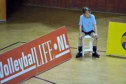 29-10-2011 VOLLEYBAL: NEDERLAND - BELGIE: ALMERE<br /> De eerste oefenwedstrijd als voorbereiding op het pre OKT wordt met 3-0 gewonnen van Belgie / Ballenmeisje, boarding volleyballife<br /> ©2011-WWW.FOTOHOOGENDOORN.NL