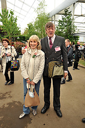 SUSAN HAMPSHIRE and STEPHEN FRY at the RHS Chelsea Flower Show 2009 held inthe gardens of the Royal Hospital Chelsea on 18th May 2009.