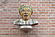 Nederland, Ootmarsum, 5-11-2012Een gaper is een beeld van het hoofd van een man, meestal van zuidelijke afkomst, een moor, die zijn mond open doet alsof hij gaapt. De mond staat echter open om een medicijn in te nemen. Apothekers gebruikten het symbool om hun zaak herkenbaar te maken.Foto: Flip Franssen