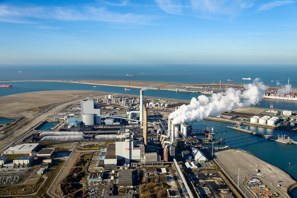 Nederland, Zuid-Holland, Rotterdam, 18-02-2015; Maasvlakte kolencentrales 1 en 2 van E.ON met de dubbele schoorsteen. De elektriciteitscentrale met de los staande schoorsteen is de nieuwe centrale Maasvlakte Power Plant MPP3. In de achtergrond de Tweede Maasvlakte.<br /> Maasvlakte with the coal-fired Maasvlakte Power Plant E.ON<br /> luchtfoto (toeslag op standard tarieven);<br /> aerial photo (additional fee required);<br /> copyright foto/photo Siebe Swart