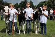 Diese Kinder sollen eimal den Milchbetrieb der Eltern übernehmen. Jetzt sind sie erst einmal ausgezeichnet worden, weil sie die Kälbchen so toll geführt haben. Kreistierschau Kleve, auf dem Gelände des Landwirtschaftszentrum  Haus Riswick, 47533 Kleve-Kellen