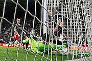 ALKMAAR - 26-09-2015, AZ - Heracles Almelo, AFAS Stadion, 3-1, AZ speler Jeffrey Gouweleeuw (r) scoort hier de 3-1, doelpunt, Heracles Almelo keeper Bram Castro.
