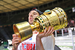 15.05.2010, Olympia Stadion, Berlin, GER, DFB Pokal Finale 2010,  Werder Bremen vs Bayern Muenchen im Bild  Frank Ribery (Bayern #7) und der Pokal... EXPA Pictures © 2010, PhotoCredit: EXPA/ nph/ Conny Kurth / SPORTIDA PHOTO AGENCY