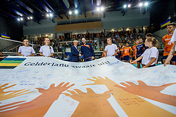 19-08-2017 NED: Oefeninterland Nederland - Italië, Apeldoorn<br /> De Nederlandse volleybal mannen spelen hun tweede oefeninterland van twee in Topsporthal De Voorwaarts tegen Italie als laatste voorbereiding op het EK in Polen / Jan Markink wenst Jasper Diefenbach veel geluk en winst op het EK in Polen en geeft het team een mooi aandenken.
