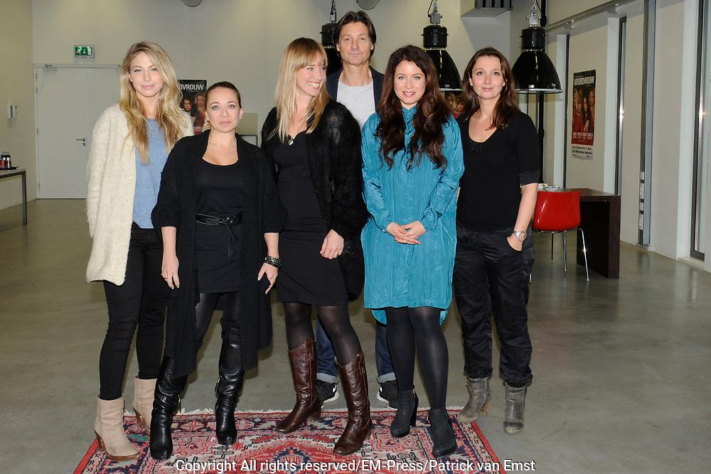 Perspresentatie van De Verleiding van een Moordvrouw van Rick Engelkes Producties in Amsterdam.<br /> <br /> Op de foto:  Rick Engelkes en regisseur Caroline Frerichs met Sanne Vogel , Nienke R&ouml;mer , Camilla Siegertsz en Sarah Chronis