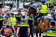 """ARNHEM - PVV-leider Geert Wilders, de Gelderse PVV-fractievoorzitter en Eerste Kamerlid Marjolein Faber en enkele andere PVV """" ers voeren voor het gemeentehuis actie tegen de benoeming van Ahmed Marcouch als nieuwe burgemeester van Arnhem. Als Marcouch wordt aangesteld volgt hij Herman Kaiser (CDA) op, die zijn ambt om gezondheidsredenen moest neerleggen. ROBIN UTRECHT"""