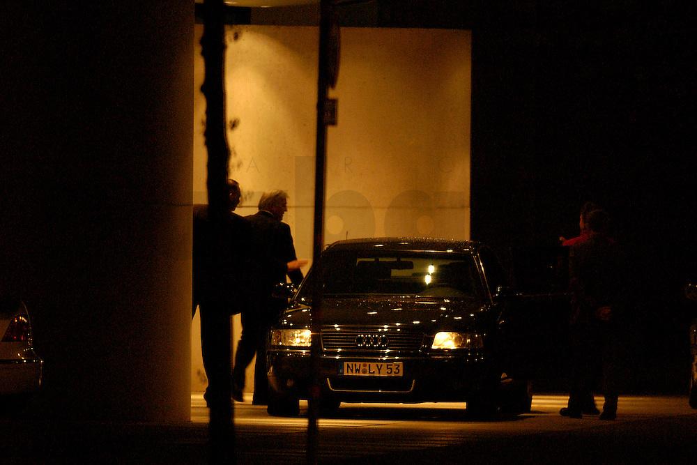 2004, BERLIN/GERMANY:<br /> Frank-Walter Steinmeier, SPD, Staatssekretaer und Chef Bundeskanzleramt, steigt im Eingangsbereich dea Kanzleramtes aus seinem Dienstwagen, auf dem Weg zu einem Koalitionsgespraech, Bundeskanzleramt<br /> IMAGE: 20040506-03-001<br /> NO CREDIT - OHNE URHEBERVERMERK DRUCKEN