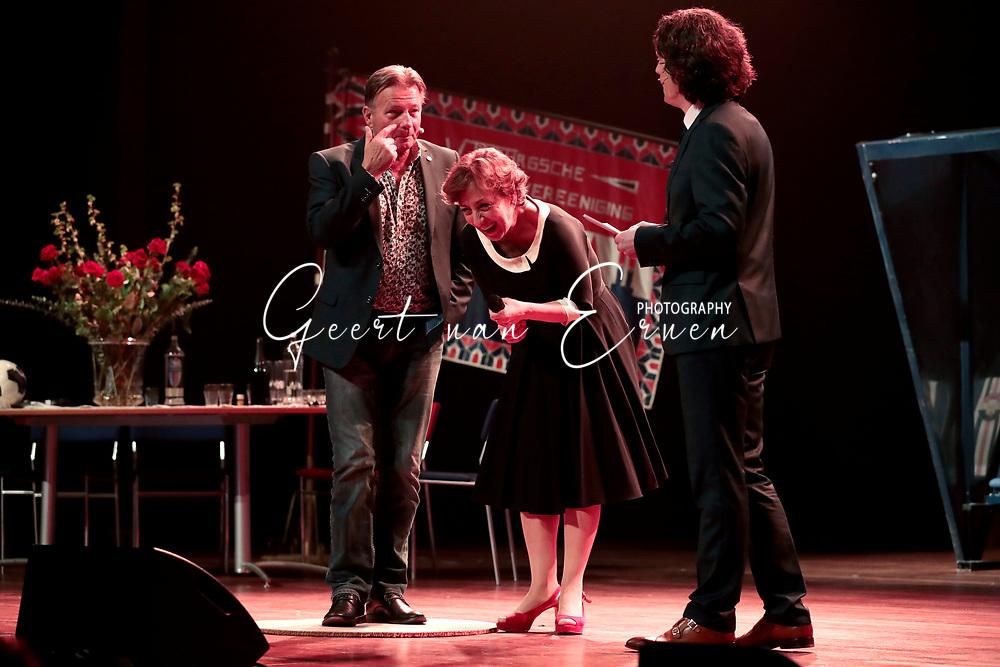 21-03-2017 VOETBAL:120 JAAR WILLEM II:TILBURG<br /> Willem II bestaat 120 jaar en vierde dit vanavond in het Tilburgse concertzaal met een zeer groot showprogramma waar oud Willem II-ers en coryfee&euml;n hun opwachting maakten<br /> <br /> Karin Bruers moet enorm lachen mo Co Adiraanse<br /> <br /> Foto: Geert van Erven