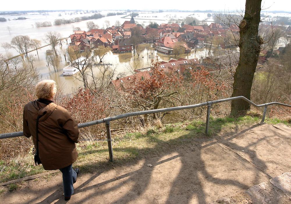 Blick vom Weinberg auf die scheinbar im Wasser versunkene Stadt Hitzacker waehrend des Rekordhochwassers der Elbe...Elbe floods in Hitzacker, Germany.