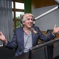 Nederland, Hilversum, 5 februari 2016.<br /> Nederlandse radio en televisie presentator Felix Meurders.<br /> Op de foto: Felix Meurders achter de microfoon in 1 vd VARA studio&rsquo;s.<br /> <br /> <br /> Foto: Jean-Pierre Jans