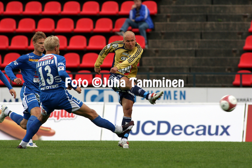 19.07.2006, Ratina, Tampere, Finland..Veikkausliiga 2006 - Finnish League 2006.Tampere United - HJK Helsinki.Antti Pohja laukoo HJK:n toisen maalin.©Juha Tamminen.....ARK:k