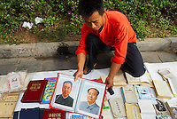 Chine. Province du Guizhou. Guiyang. Renmin square. Livre et photo de Mao. // China. Guizhou province. Guiyang (capital city of the province). Renmin square. Book and pictures of Mao.