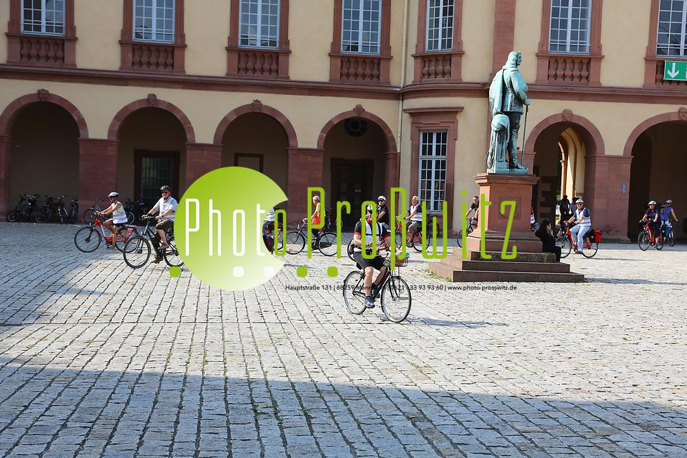 Mannheim. 26.08.17 | Sommerliche Fahrradreise.<br /> Schloss. Ehrenhof. Sommerliche Fahrradreise der Finanzstaatssekret&auml;rin Gisela Splett zu den Schl&ouml;ssern der Kurpfalz<br /> <br /> <br /> BILD- ID 0503 |<br /> Bild: Markus Prosswitz 26AUG17 / masterpress (Bild ist honorarpflichtig - No Model Release!)