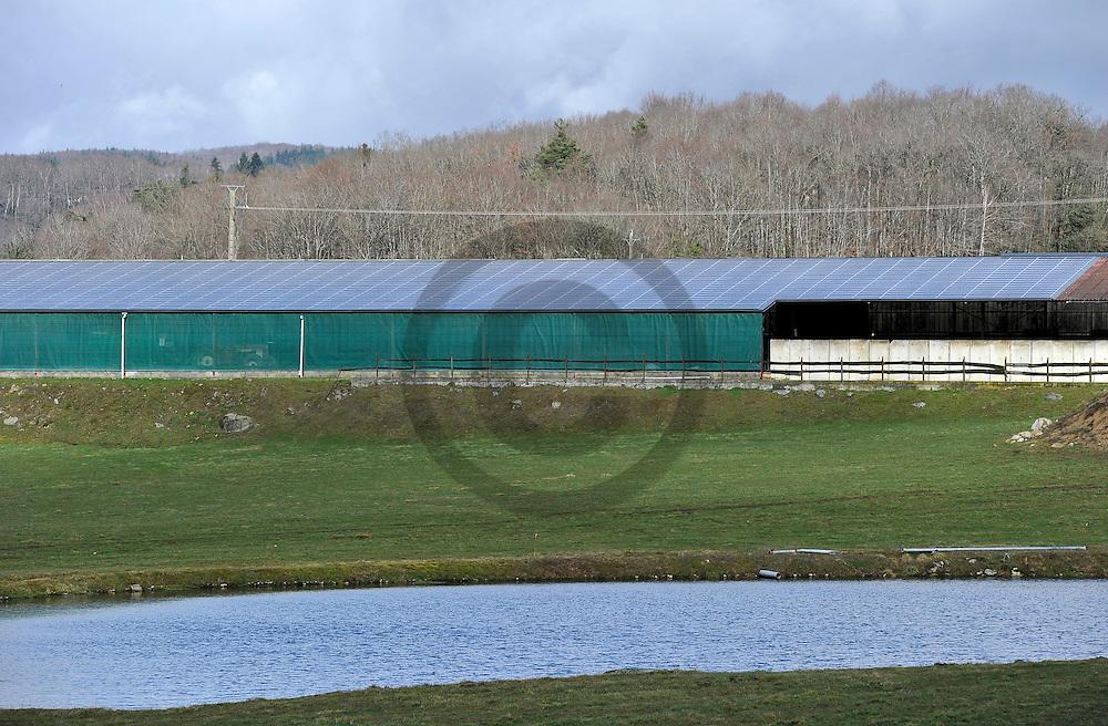 26/02/10 - MAURS - HAUTE LOIRE - FRANCE - Panneaux photovoltaiques sur une exploitation agricole au sud du Cantal - Photo Jerome CHABANNE